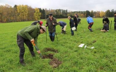 Vid åkerkantsevenemanget i Kyrkslätt studerade man markens struktur med hjälp av groptest